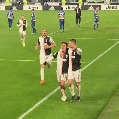 Enlace a Cristiani y Dybala se han dado un beso en la boca mientras celebraban un gol