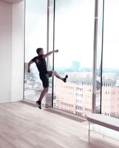 Enlace a Haciendo un salto mortal sobre el cristal de un edificio