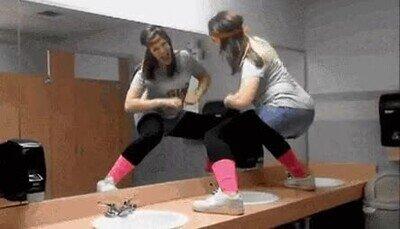 Enlace a Lo de subirse al lavabo para hacer bailes sexys suele acabar mal