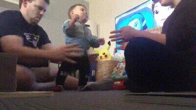 Enlace a Los primeros pasos de un bebé hacia su madre