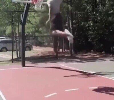 Enlace a Ser jugador de baloncesto a veces puede resultar peligroso