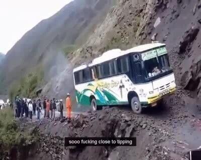 Enlace a La maniobra de este conductor de autobús es de locos...