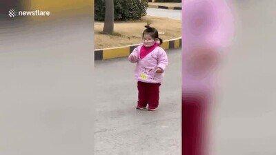 Enlace a Una niña descubre que no se puede come comida a través de la máscara