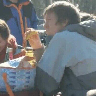 Enlace a Creo que es la primera vez que veo a alguien comerse un plátano con la piel