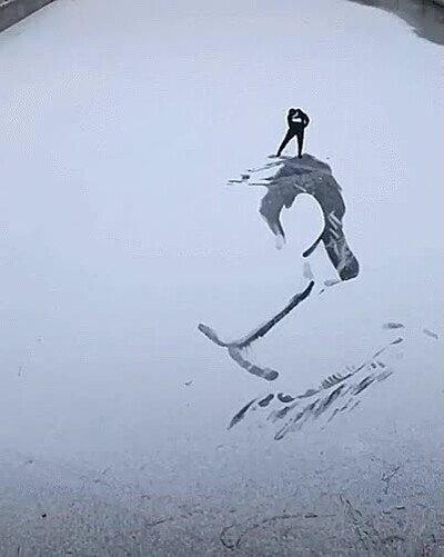Enlace a Haciendo dibujos en la nieve arrastrando los pies