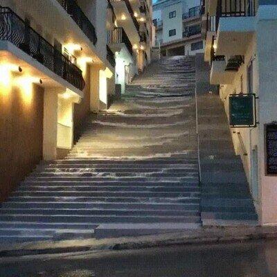 Enlace a Es una pasada ver cómo el agua de la lluvia cae por estas escaleras
