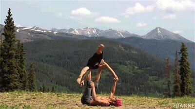 Enlace a Haciendo acrobacias al aire libre
