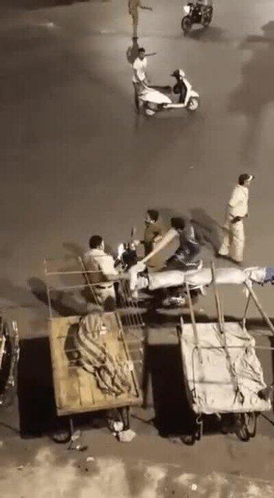 En India no se andan con tonterías cuando ven a alguien por las calles