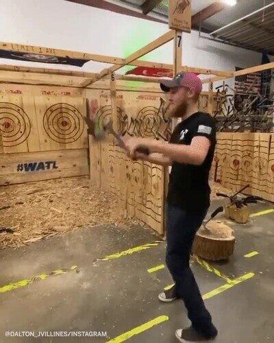 Enlace a Un verdadero experto en el arte de lanzar hachas
