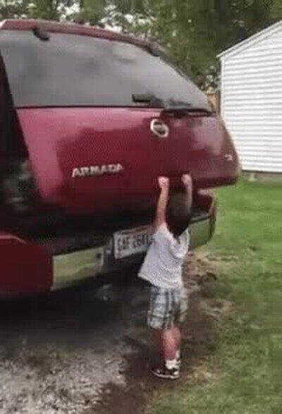Enlace a Un maletero capaz de levantar a un niño