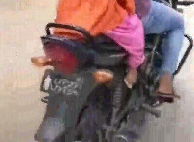 Enlace a Ayudando a su hija a desmontar de la moto con todo to flow