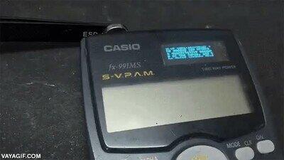 Enlace a Una calculadora hackeada con una pantalla secreta encima del cargador solar para meter chuletas