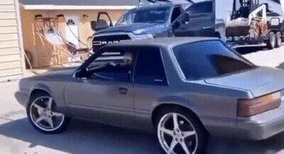 Enlace a Bonita forma de cabrear a tu vecino mientras presumes de coche