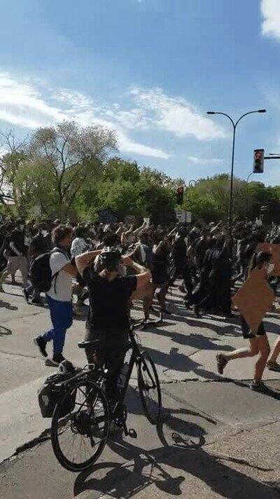 Enlace a No todas las protestas son saqueos, así se veía ayer Minneapolis