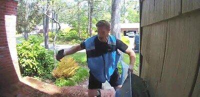 Enlace a Intentando hacer ejercicio en cualquier hueco que tienes en el curro, como este repartidor de Amazon