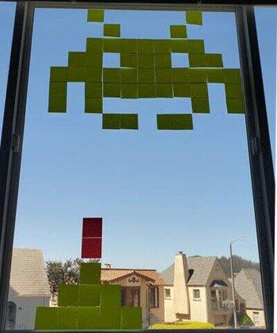 Enlace a Se pasa la cuarentena poniendo post-its en la ventana y jugando al Space Invaders
