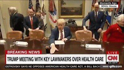 Enlace a Donald Trump es como mi gato tirando cosas de la mesa