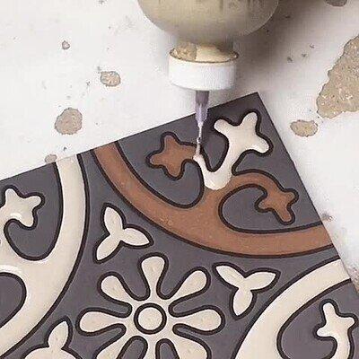 Da gustito ver cómo se pinta la cerámica con precisión
