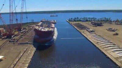Así se coloca un barco de enormes proporciones en el mar