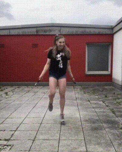Enlace a Esta chica es una máquina saltando a la comba