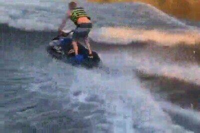 Enlace a Menuda pasada de salto con una moto acuática