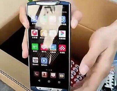 Un teléfono con un proyector incluído