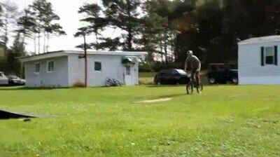 Este salto hacia atrás con la bici es simplemente una pasada