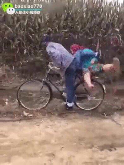 Enlace a Una cita con tu pareja en bici no puede empezar peor
