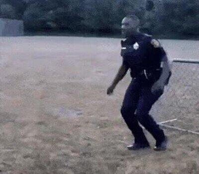 Enlace a Asi salta un obstáculo un policía