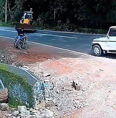 Enlace a Uno no puede ni relajarse en la moto mientras hace una pausa