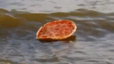 Enlace a Pizza fría flotando en el océano. La historia más triste del mundo