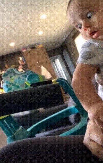 Enlace a La reacción de un niño cuando ve una aspiradora por primera vez