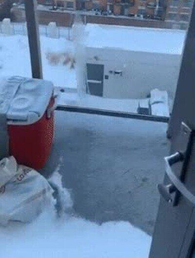 Enlace a Mirando cómo el agua se congela en apenas unos segundos