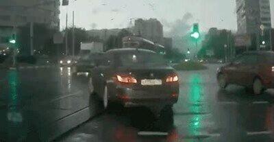 Enlace a De repente un coche fantasma aparece de la nada