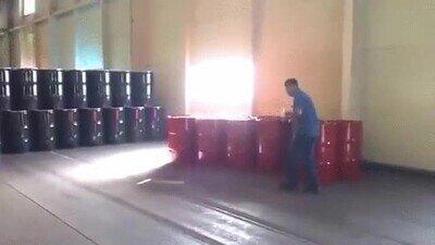 Enlace a Una manera original de pasarse un barril en el trabajo