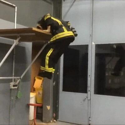 Así entrenan los bomberos antes de empezar el turno