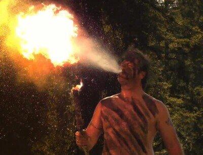 Enlace a Nick Offerman escupiendo fuego