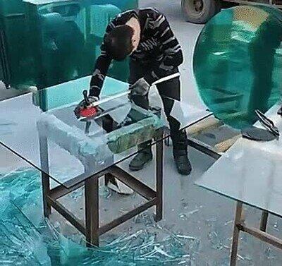 Enlace a Este chico es una máquina cortando cristal