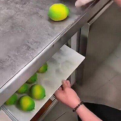 Un postre diseñado con la forma de un limón