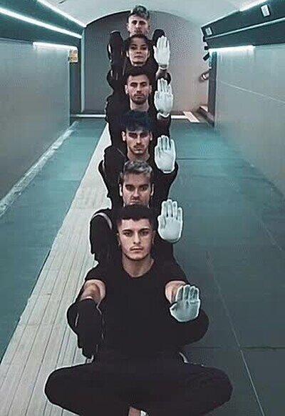 Enlace a Estos chavales te hipnotizan solo moviendo las manos