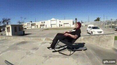 Enlace a Tiene un control increíble haciendo skate sobre una silla