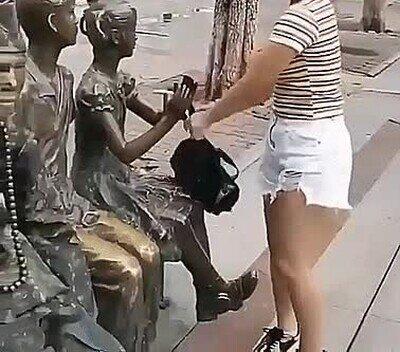 Enlace a La estatua humana se ha pasado de lista