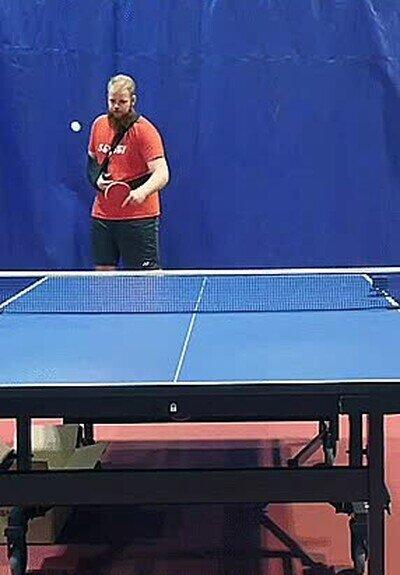 Enlace a Te gana jugando a ping pong con un brazo roto