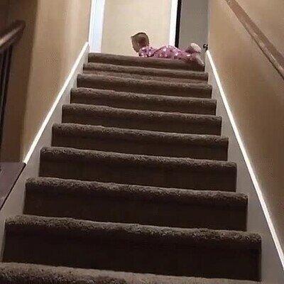 Enlace a Un bebé que ha ideado un truco para bajar las escaleras