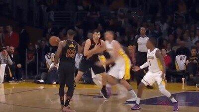 Enlace a LeBron James no se cansa de humillar a sus rivales
