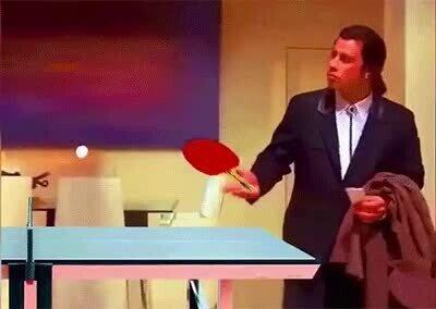 Enlace a Travolta despistado jugando a pingpong