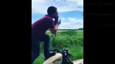 Enlace a Bebiendo encima de una moto