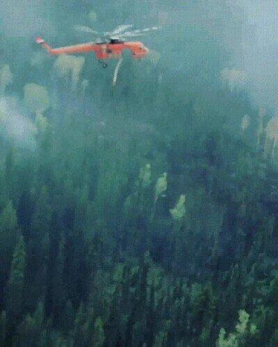 Es una pasada ver la precisión que tienen los helicópteros de incendios