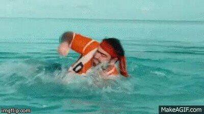 Enlace a Un hombre peleando contra un tiburón
