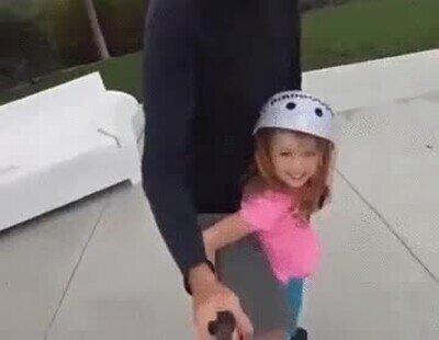 Enlace a Tony Hawk haciendo skate con su hija